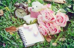 Marshmallows σημειωματάριων και καρδιών και άσπρος teddy αντέχουν και εκλεκτής ποιότητας ρολόι Στοκ Εικόνες
