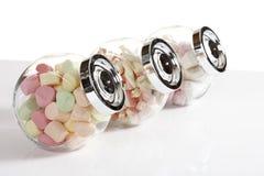 Marshmallows στα βάζα καραμελών Στοκ φωτογραφίες με δικαίωμα ελεύθερης χρήσης