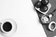 Marshmallows στη σοκολάτα στο πιάτο Marshmallows στο chocolat Στοκ Φωτογραφίες