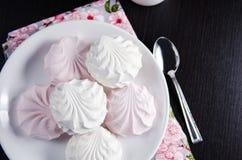 Marshmallows brancos e cor-de-rosa doces na placa Foto de Stock