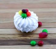 Marshmallows brancos e doces coloridos Fotografia de Stock Royalty Free