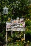 Marshmallows brancos marshmallows verdes e cor-de-rosa fruto cristalizado em uma tabela branca Fotos de Stock Royalty Free