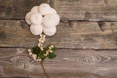 Marshmallows com as bagas na tabela de madeira Rosa Imagens de Stock