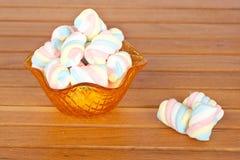 Marshmallows cor-de-rosa na bacia de vidro Fotos de Stock