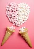Marshmallows coração e cones de gelado Imagens de Stock