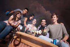Marshmallows do assado dos adolescentes Imagens de Stock