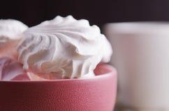 Marshmallows doces na bacia vermelha na tabela de madeira Imagens de Stock Royalty Free