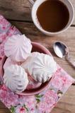 Marshmallows doces na bacia vermelha na tabela de madeira Imagem de Stock