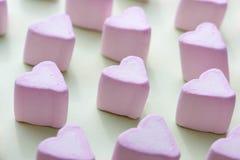 Marshmallows dos corações dos doces do dia de Valentim sobre o fundo verde Foto de Stock Royalty Free