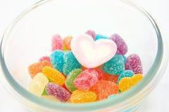 Marshmallows e doces em uma bacia isolada Imagem de Stock