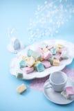 Marshmallows na błękitnym tle, odgórny widok zdjęcia stock