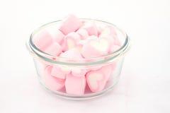 Marshmallows na bacia isolada Fotografia de Stock Royalty Free