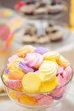 Marshmallows na barra de chocolate Imagem de Stock