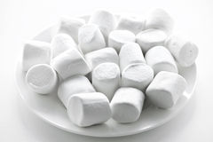 Marshmallows na placa Imagem de Stock Royalty Free