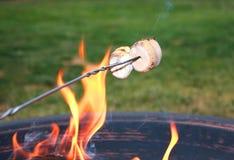 marshmallows stekande arkivfoto