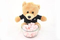 Marshmallows z niedźwiadkową lalą w smokingu odizolowywającym Obrazy Royalty Free