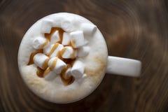 Marshmellow w kawie na drewnianej powierzchni obrazy royalty free
