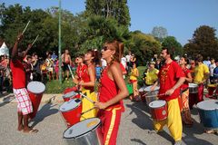 MARSIGLIA, FRANCIA - 26 AGOSTO: Giocatori sui tamburi africani. Marseil Immagini Stock Libere da Diritti