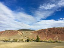 Marsinvånarelandskap på jord Altai fördärvar rött vaggar berg _ Ryssland royaltyfri foto