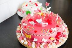 Marsipan bakar ihop för ett födelsedagparti Royaltyfria Bilder