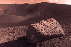 Marsmensch, der das schauen in den Hverfjall-Kegel nahe Myvatn, Island tont Lizenzfreies Stockfoto