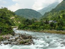 Marsyangdi flod och Ngadi by, Nepal - Annapurna som trekking Royaltyfri Fotografi