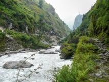 Marsyangdi River Valley cerca del pueblo de Dharapani - Nepal Imagen de archivo libre de regalías