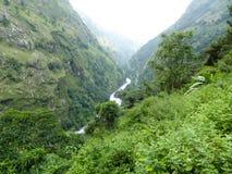 Marsyangdi River Valley vicino al villaggio di Jagat Fotografie Stock