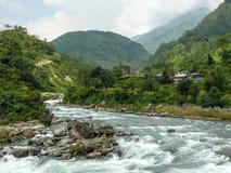 Marsyangdi rzeka i Ngadi wioska Nepal, Annapurna trekking, - Fotografia Royalty Free