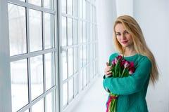 8 marsz, młoda piękna kobieta z tulipanami Obrazy Royalty Free