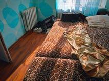 marszczy unmade łóżkowego prześcieradło przy sypialnią w ranku fotografia royalty free