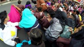 Marszowy motłoch słucha sądzić werdykt Chrystus na ulicie zbiory