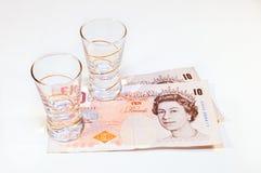 Martèle le billet de banque avec le verre photo libre de droits