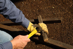 Martèlement des morceaux en bois pour le treillis Image libre de droits