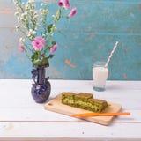 Martabak/crepe gigante dulce indonesia, sabor del té verde con el queso cheddar Servido con leche Fotos de archivo libres de regalías