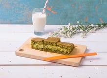 Martabak/Indonesische Zoete Reuzepannekoek, groen theearoma met cheddarkaas Gediend met melk Royalty-vrije Stock Foto