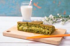Martabak/Indonesische Zoete Reuzepannekoek, groen theearoma met cheddarkaas Gediend met melk Royalty-vrije Stock Afbeeldingen