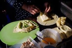 Martabak składniki, sławni fałdowi repe naczynia wypełniali z pikantność, jajkami, scallions i cięciami mięso, obraz stock