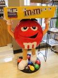 Marte M&M Mascot Candy Display en una tienda en New Jersey, uso editorial foto de archivo libre de regalías