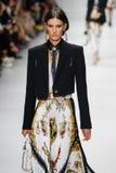 Marte Mei van Haaster loopt de baan in Versace toont tijdens Milan Fashion Week Spring /Summer 2018 royalty-vrije stock foto