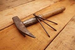 Marteau avec les clous rouillés Photo libre de droits