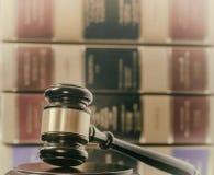 Marteau de concept juridique et livres de loi photos stock