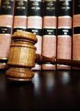 Marteau de cour avec des livres de loi photo libre de droits