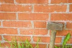 Marteau de forgeron au mur de briques et endroit pour le texte Photo stock