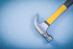 Marteau de griffe inoxydable sur le concept bleu de construction de fond Images libres de droits