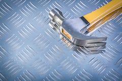 Marteau de griffe sur le concept cannelé de construction de fond en métal Photos libres de droits