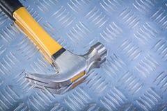 Marteau de griffe sur le concept ondulé de construction de fond en métal Image libre de droits