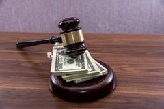 Marteau de juge avec des dollars Photo stock