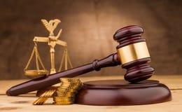 Marteau de juge avec l'argent et le plan rapproché d'échelles Photographie stock