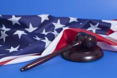 Marteau de juge avec le drapeau américain photographie stock libre de droits